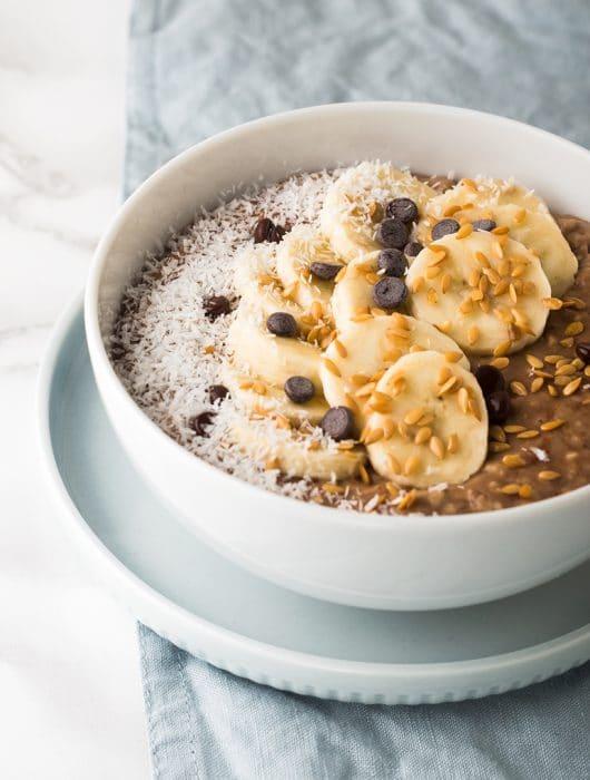 porridge con banana e gocce di cioccolato