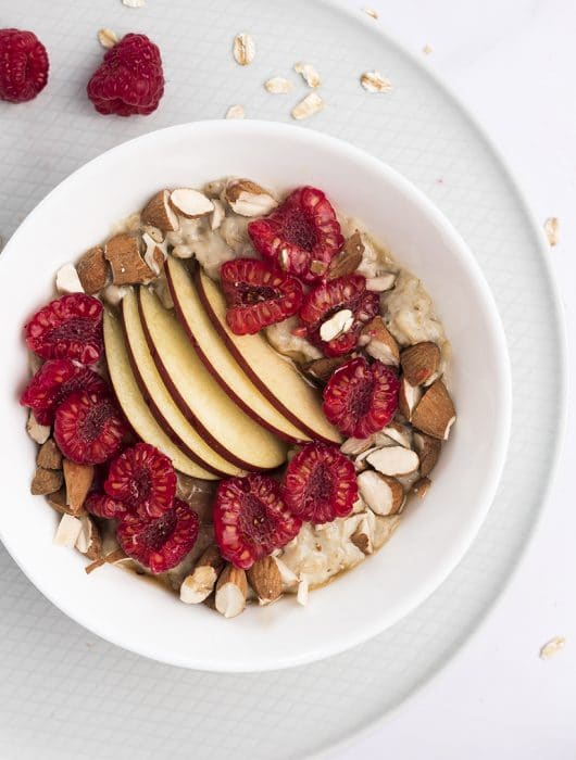 porridge con lamponi e mela rossa