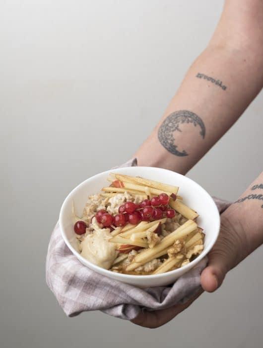 porridge con mela rossa e ribes